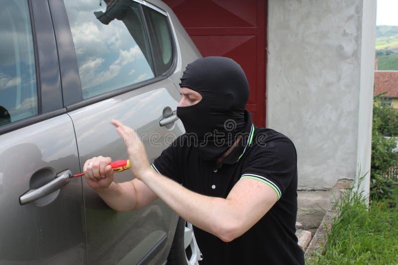 Ladrón que intenta encender el coche imágenes de archivo libres de regalías