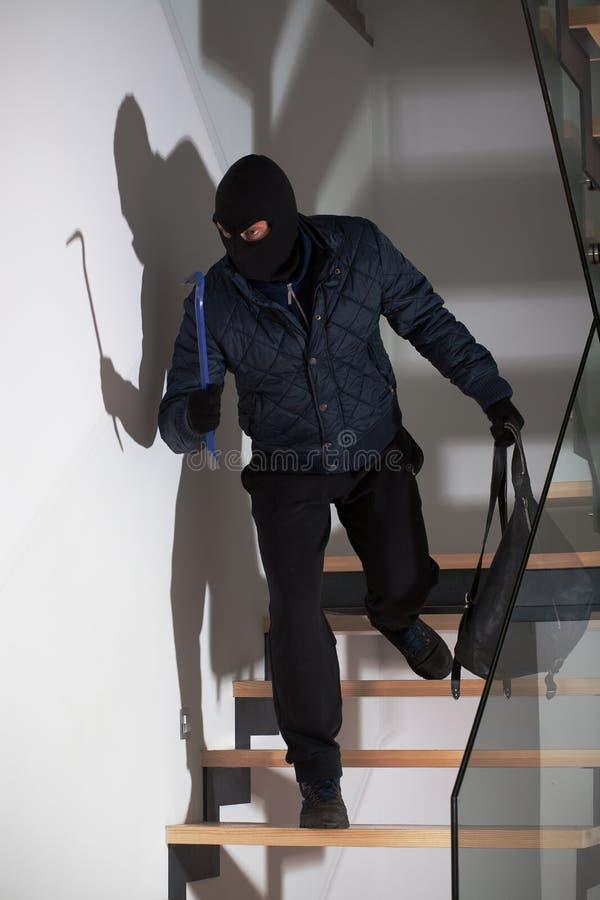 Ladrón que pone en espera imagenes de archivo