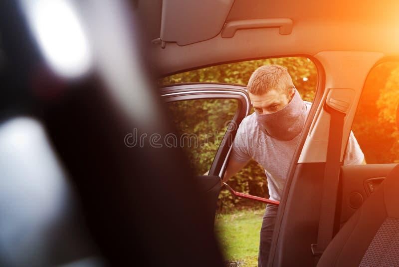 Ladrón que roba un coche ilustración del vector