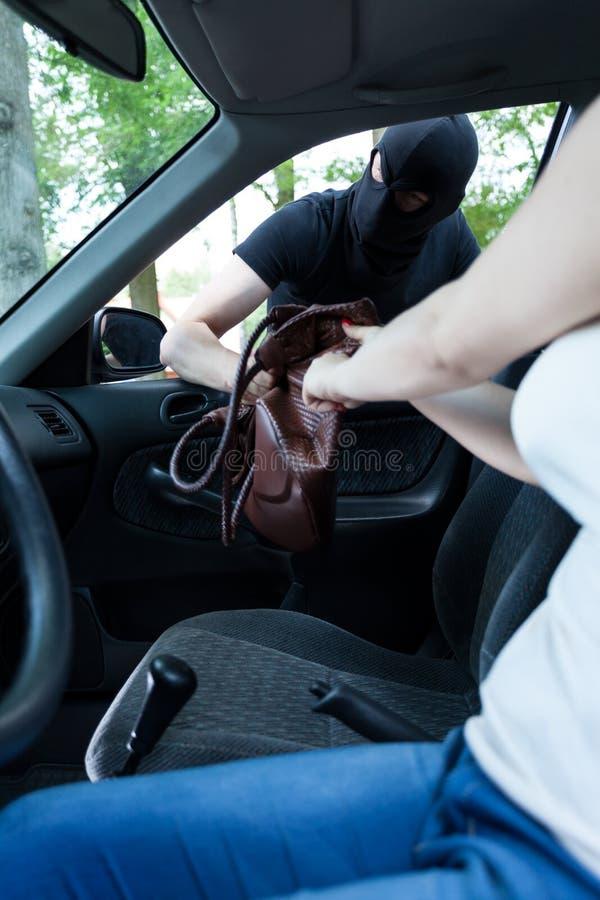 Ladrón que toma el bolso de la mujer imagen de archivo