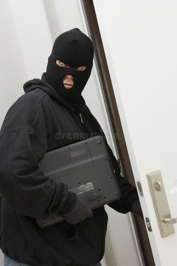Ladrón Stealing Laptop fotografía de archivo libre de regalías
