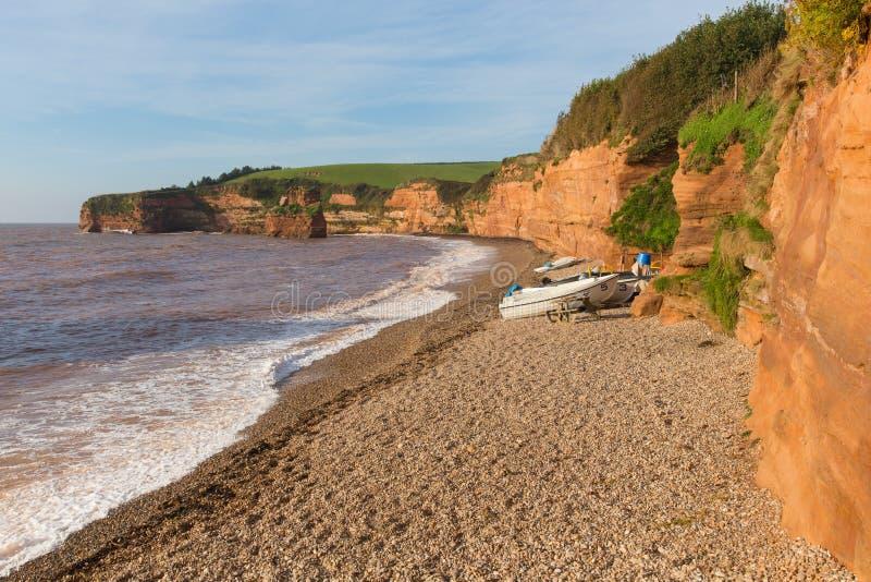 Ladram海湾木瓦海滩德文郡有小船红砂岩岩石侏罗纪海岸的英国英国 免版税库存图片