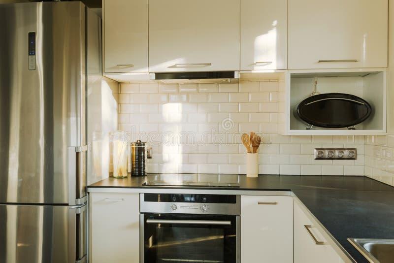 Ladrillo Blanco En Cocina Contemporánea Foto de archivo - Imagen de ...