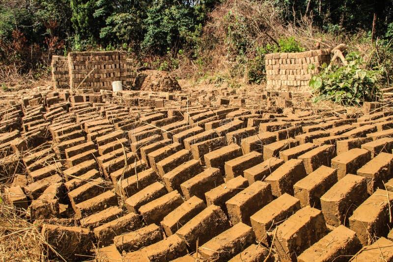 Ladrillo hecho en casa de la arcilla que hace en Uganda imágenes de archivo libres de regalías