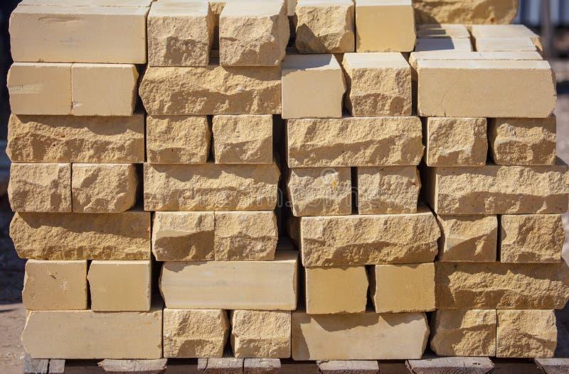 Ladrillos amarillos en el emplazamiento de la obra como material de construcción foto de archivo libre de regalías