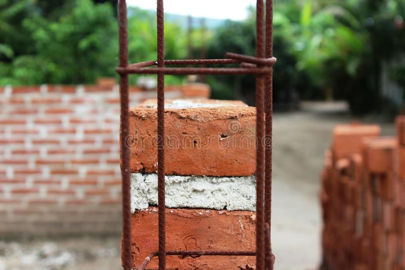 Ladrillos anaranjados de la arcilla para un edificio rural fotografía de archivo