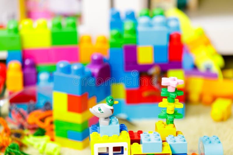 Ladrillos coloridos pl?sticos de los ni?os, juguete para aumentar el desarrollo infantil - imagen Cierre para arriba foto de archivo libre de regalías