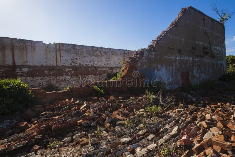 Ladrillos constructivos derrumbados foto de archivo libre de regalías