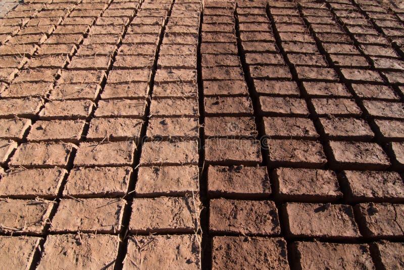 Ladrillos de Adobe que se secan en el sol para la construcción en Ouarzazate que forma un modelo fotos de archivo