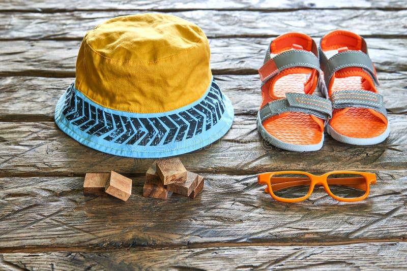 Ladrillos de madera, sombrero, sandalia, gafas de sol foto de archivo