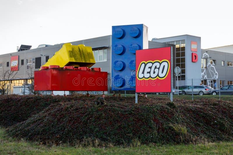 Ladrillos gigantes de Lego delante de la instalación de producción del logotipo de la compañía de Lego Group fotografía de archivo
