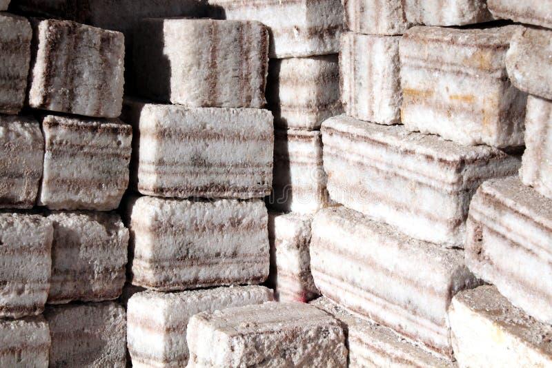 Ladrillos hechos fuera de la sal pura fotos de archivo
