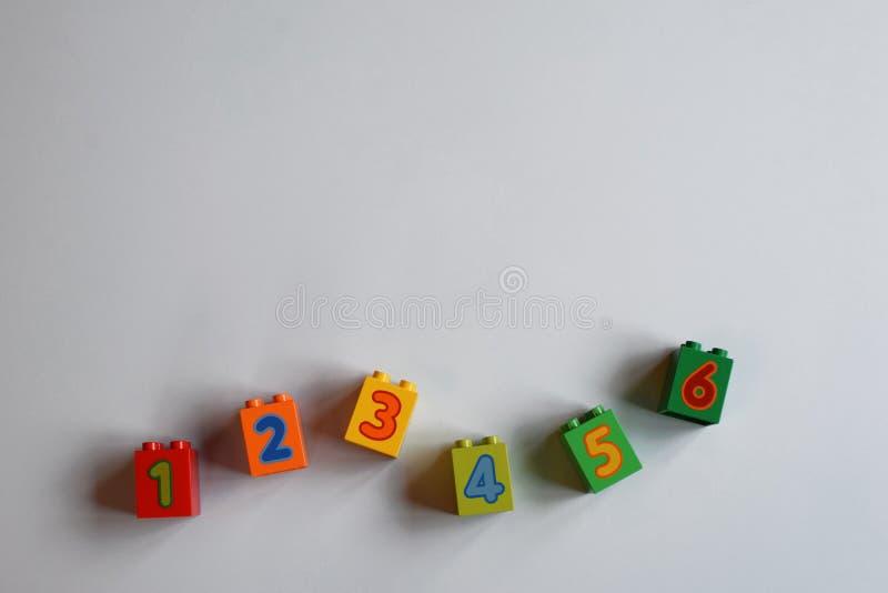 Ladrillos plásticos coloridos con números imagenes de archivo