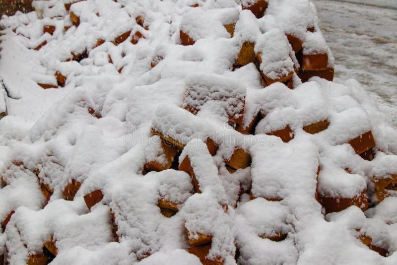Ladrillos rojos cubiertos con nieve imágenes de archivo libres de regalías