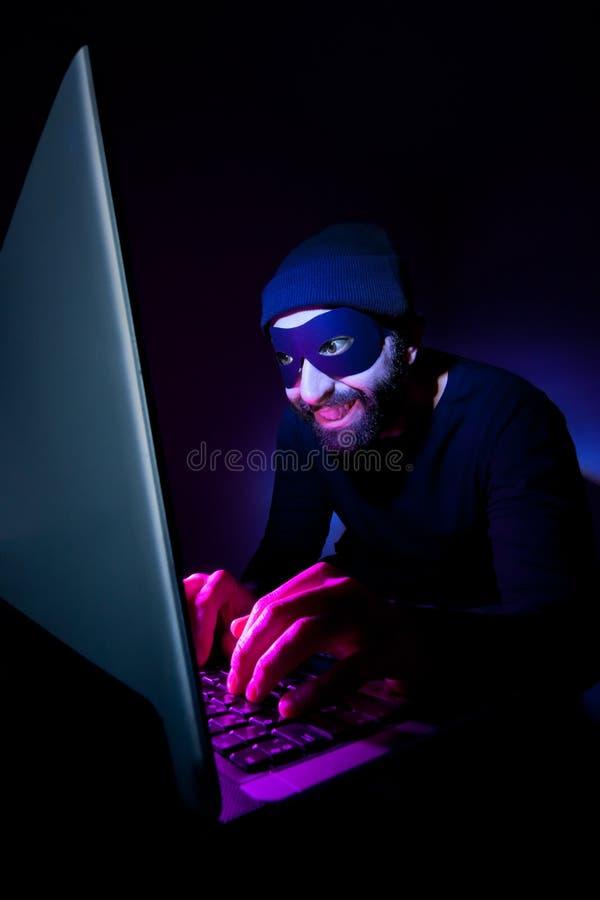 Ladro che per mezzo del calcolatore per rubare immagini stock libere da diritti