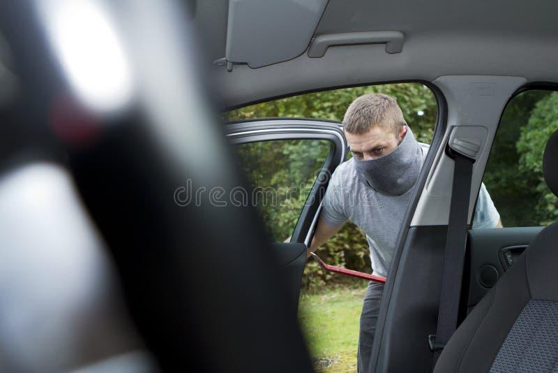 Ladro che ruba un'automobile illustrazione di stock