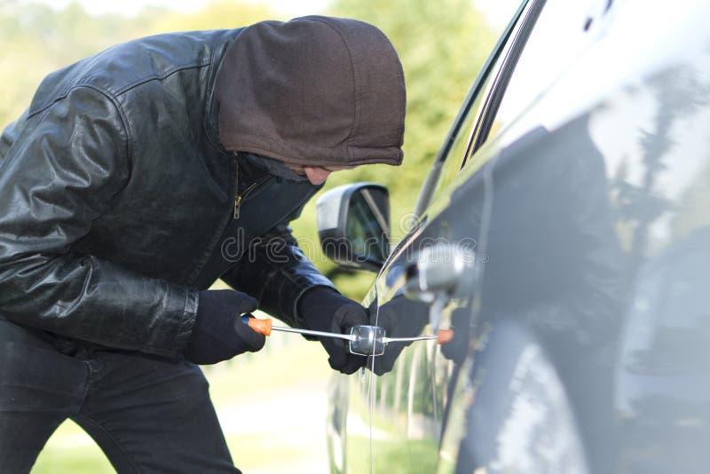 Ladro che ruba un'automobile illustrazione vettoriale