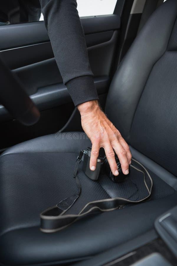 Ladro che si rompe nell'automobile e nel rubare fotografia stock libera da diritti