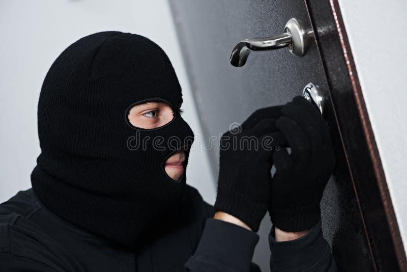 Ladro dello scassinatore alla rottura di casa fotografia stock