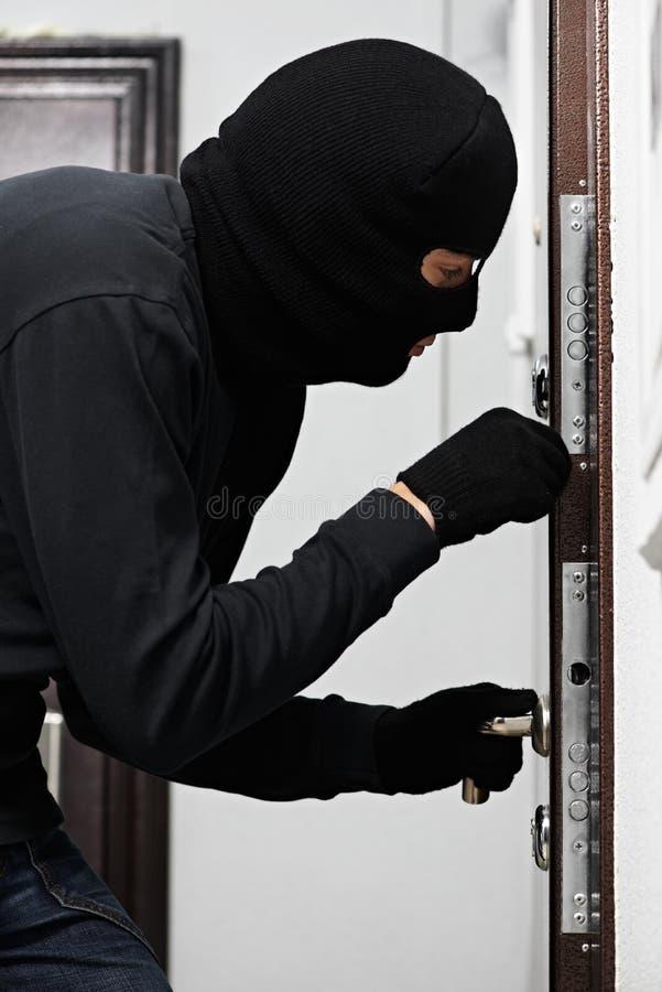 Ladro dello scassinatore alla rottura di casa fotografia stock libera da diritti