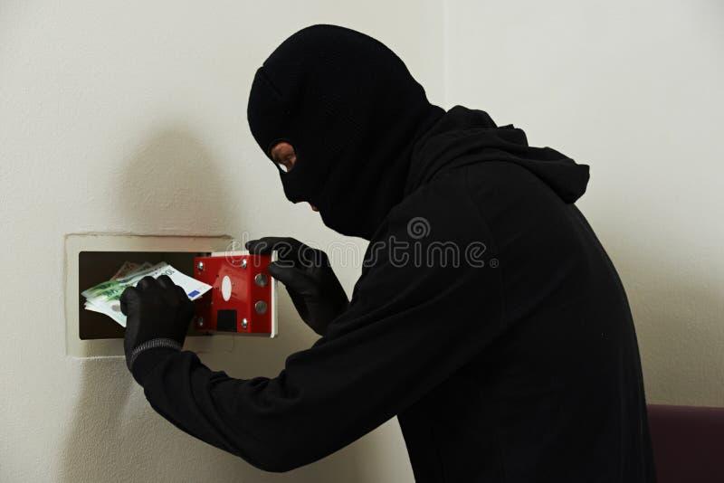Ladro nella maschera durante codebreaking sicuro immagini stock