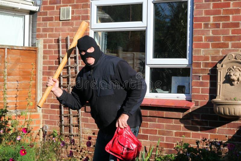 Ladro o ladro con un'arma. immagini stock