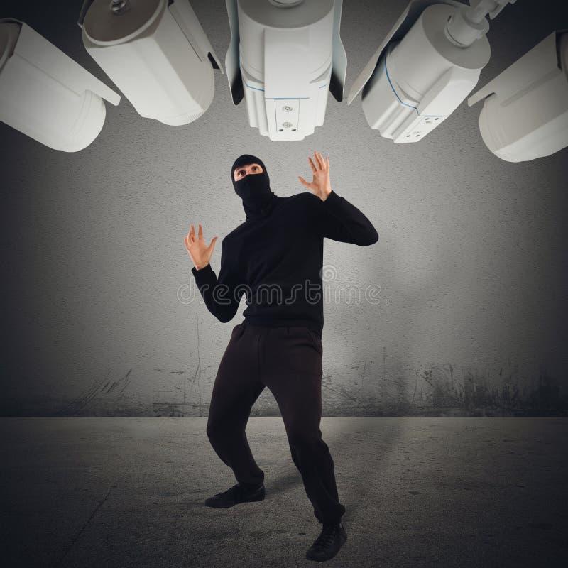 Ladro preso con le mani nel sacco fotografia stock