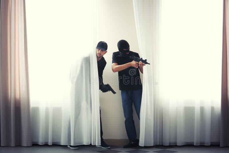 Ladrones del varón con el arma imagenes de archivo