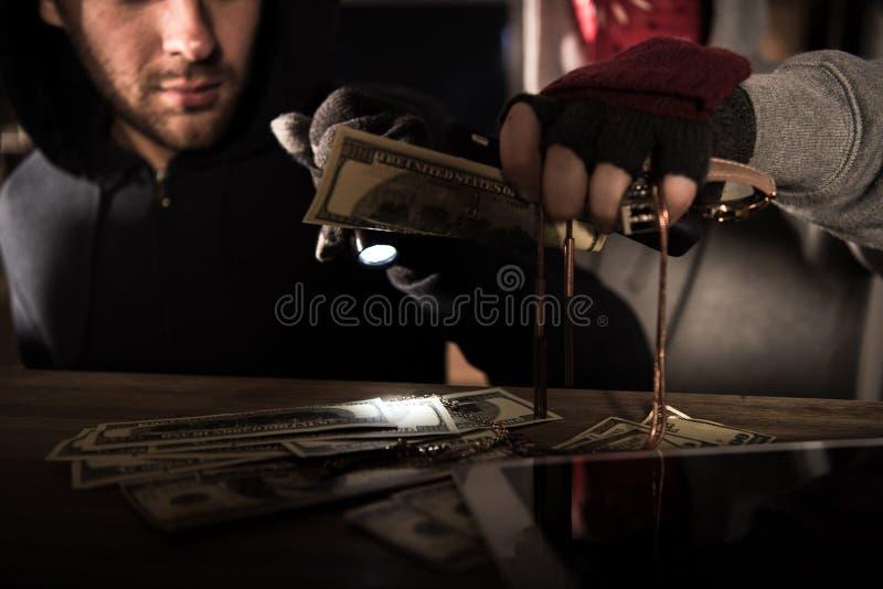 Ladrones que roban el dinero fotografía de archivo libre de regalías