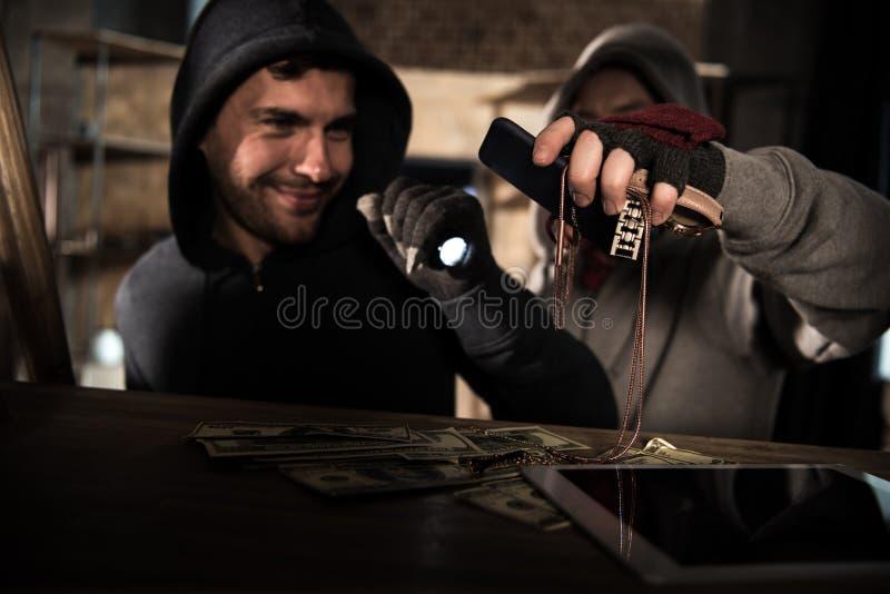 Ladrones que roban el dinero foto de archivo libre de regalías