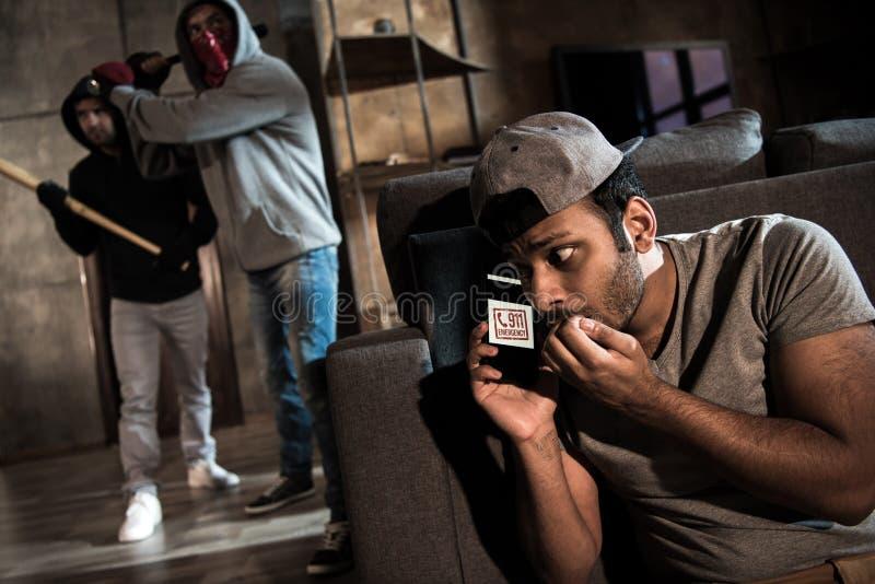 Ladrones y hombre asustado fotos de archivo