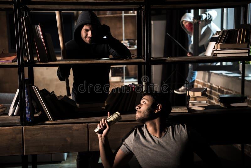 Ladrones y hombre asustado fotografía de archivo libre de regalías