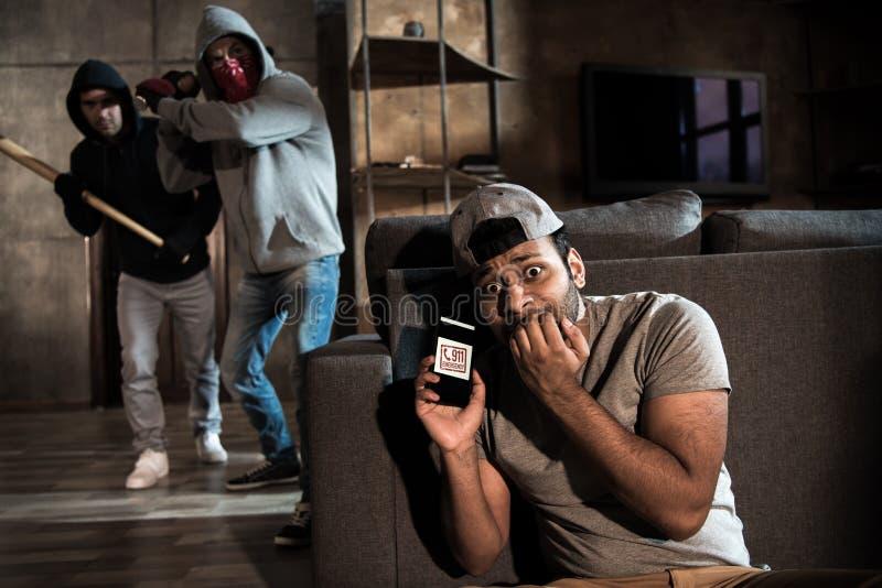 Ladrones y hombre asustado imagen de archivo libre de regalías