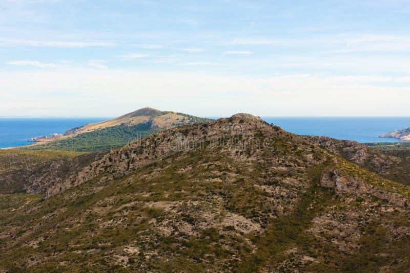 Ladscape com montanhas e o mar no fundo perto de Arta, Mallorca, Espanha fotografia de stock royalty free