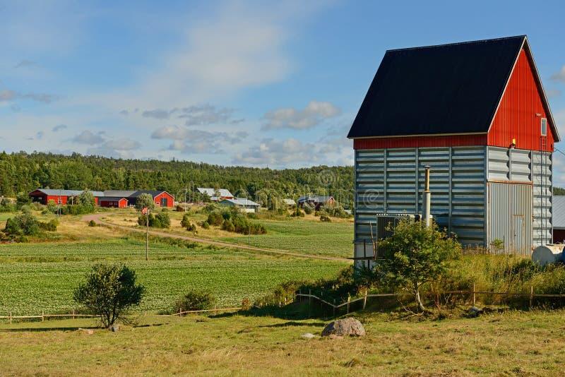 Ladugård med ett rött tak royaltyfri fotografi