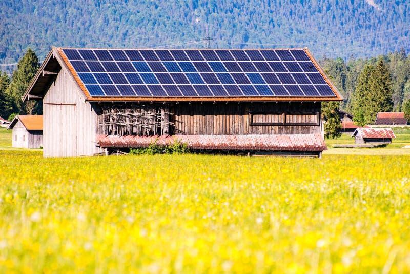 Ladugård med photovoltaic celler på taket fotografering för bildbyråer