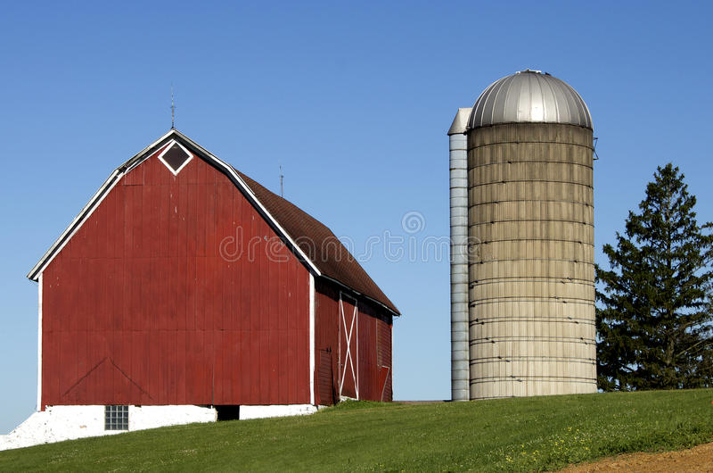 Ladugård och silo royaltyfria bilder