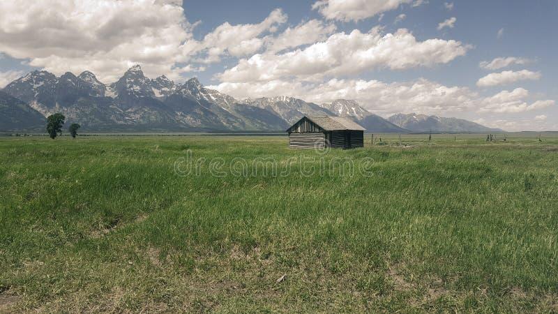 Ladugård på bergfält arkivfoto