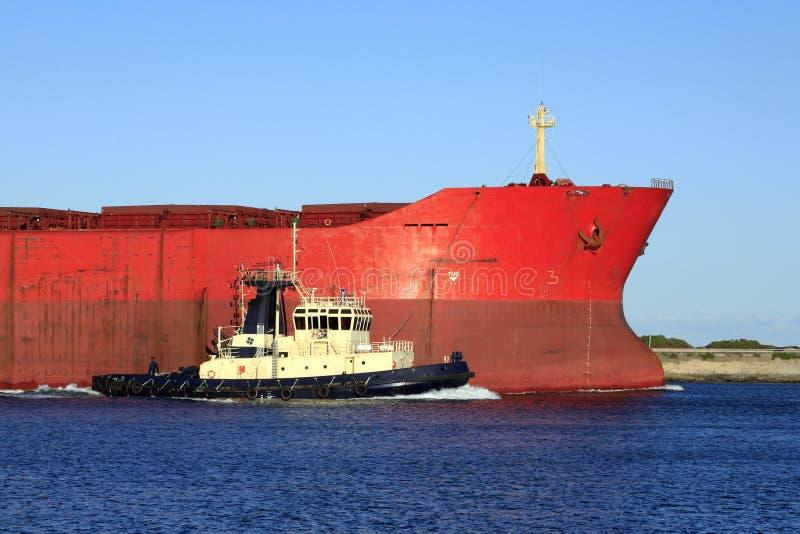 Ladung-Boot mit Schlepper lizenzfreie stockbilder