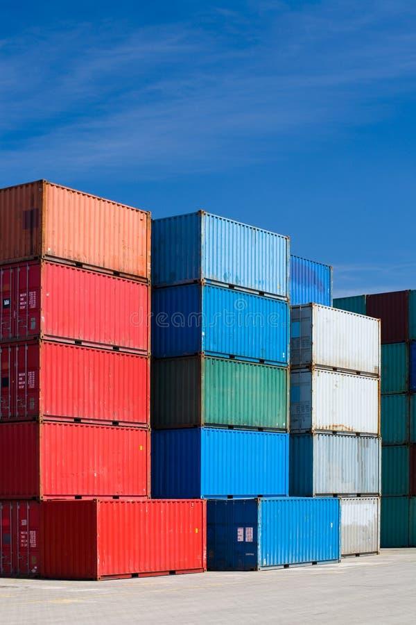 Ladungbehälter am Terminal stockfotos