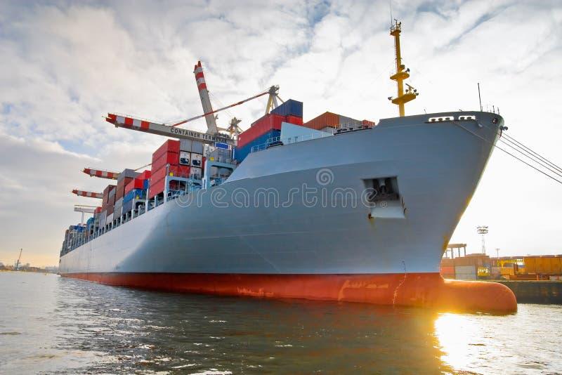 Ladungfracht-Containerschiff stockfotos