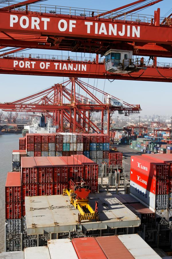 Ladungoperationen auf einem Containerschiff in China lizenzfreie stockfotos