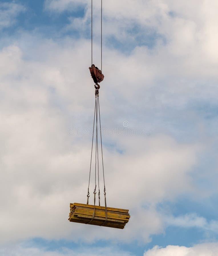 Ladungsträger geliefert an die Baustelle mit einem Kran lizenzfreies stockfoto
