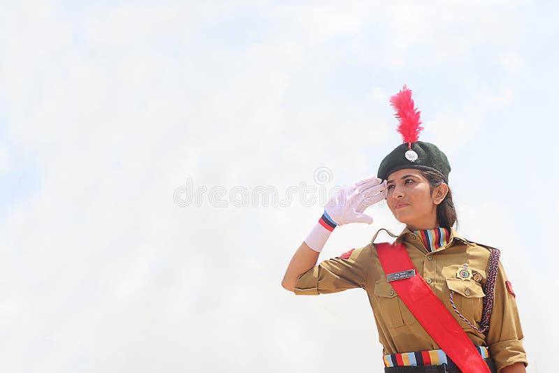 Lady Army Soldier Nation Hero Saluting with Pride outdoor in Daytime, Firande Republic och royaltyfria foton