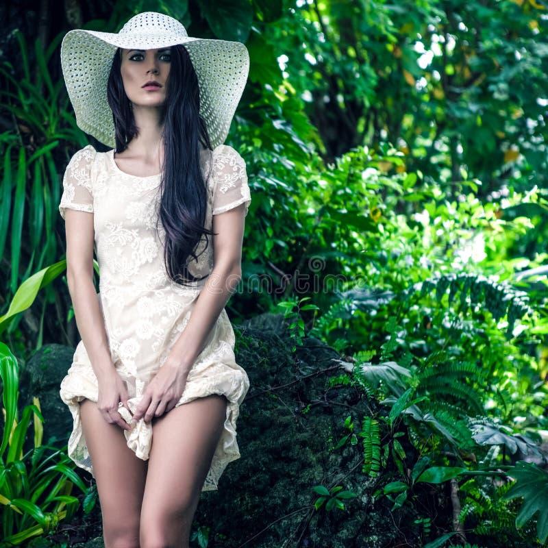 lady i den tropiska djungeln royaltyfri fotografi