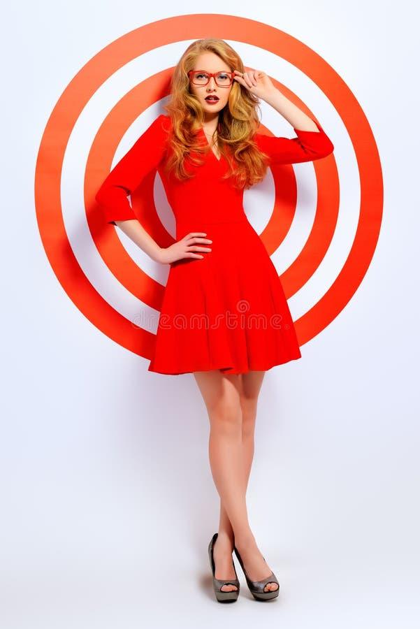 Lady i röd klänning arkivbilder