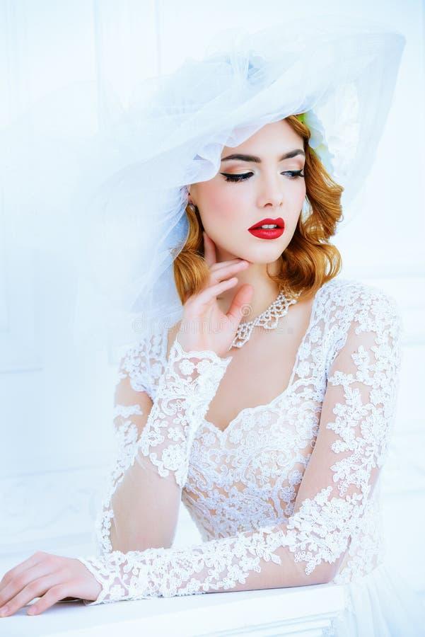Lady i vitklänning arkivbild