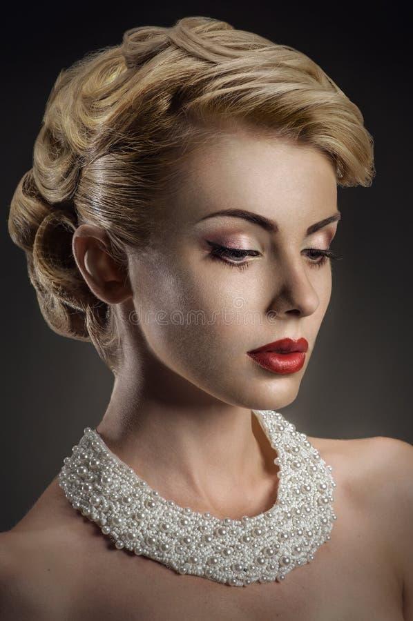 Lady med den eleganta frisyren arkivbild
