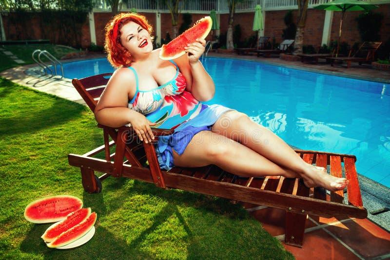 Lady med vattenmelonen arkivbild