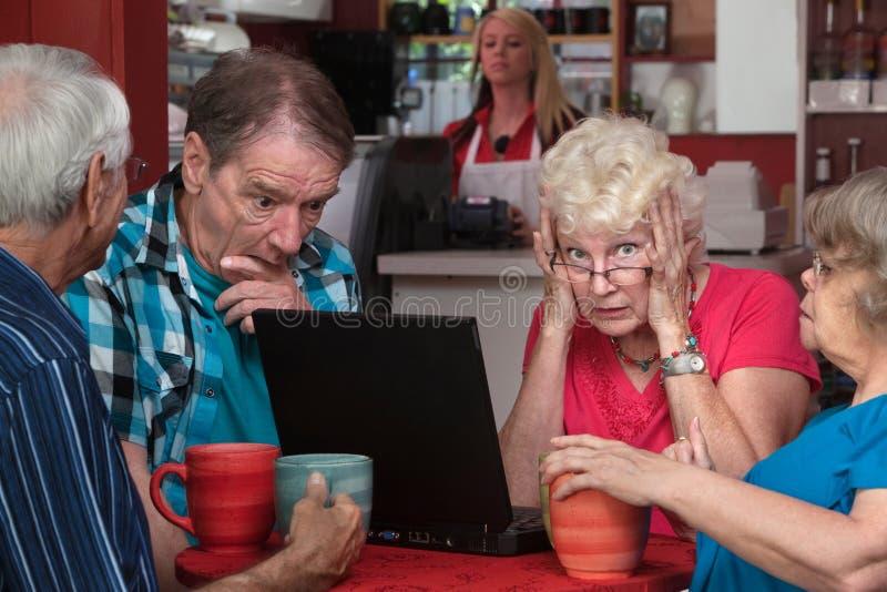 Lady och vänner med bärbar datorproblem royaltyfri foto